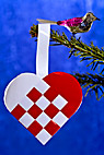 Julepynt - Glass bird and weaved heart on christmas tree