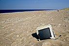 Forurenet strand - Electronic waste on the beach