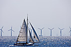 Sejlbåd på Øresund - Sailing boat in front of an off shore wind park