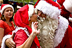 Julemand kysser sin kone - Santa Claus kisses his wife at the World Santa Claus Congress in Denmark Klampenborg Bakken