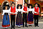 Franske folkedansere - Folk dancing in the street of Ribeauville Alsace France