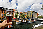En skål til kanalrundfarten - Cheers to the sightseeing boat in Christianshavn canal
