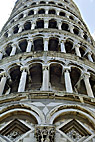 Det sæve tårn i Pisa - Looking up to the leaning Tower of Pisa Italy