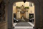 Springvand i Rom - View of a small decorative backyard fountain in Rome Italy